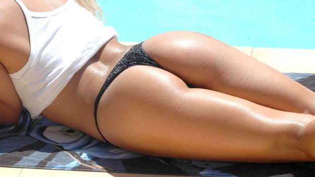 Corpo femminile disteso al sole