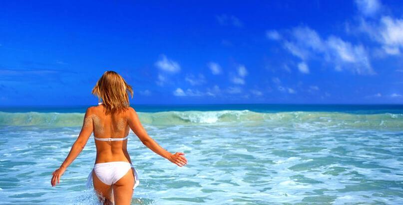 Donna in costume nell'acqua del mare