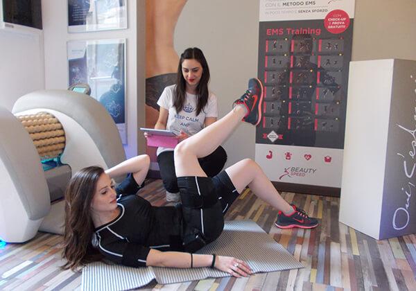 Ragazza durante seduta di attività fisica